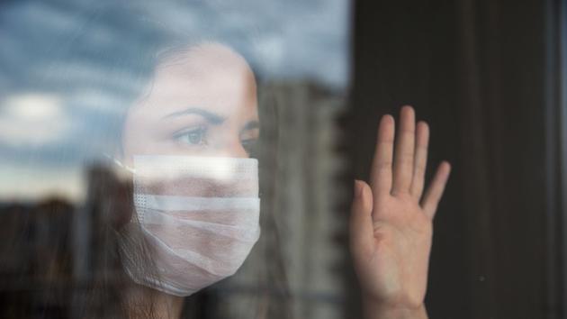 Adolescente enfermée illustre adolescent face au confinement