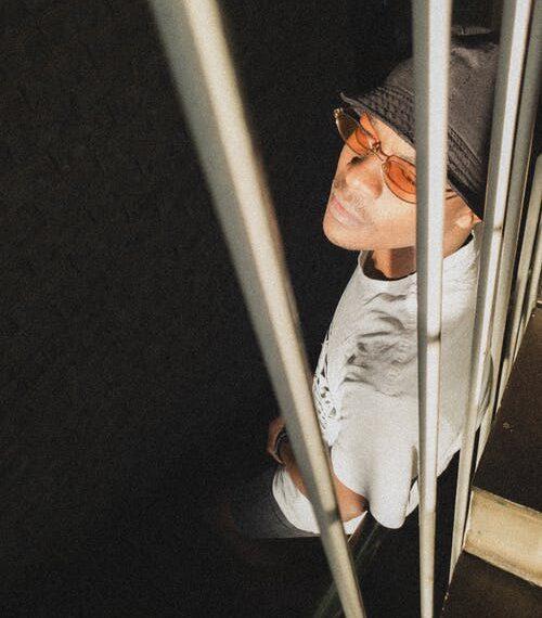 homme derrières les barreaux illustre l'anxiété face au confinement