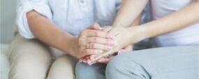 mains jointes dans un gestes