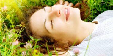 Femme allongée illustre la psychothérapie à mediation corporelle