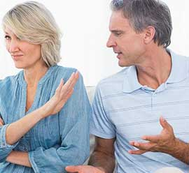 un couple en conversation animée La vie de couple pendant le confinement