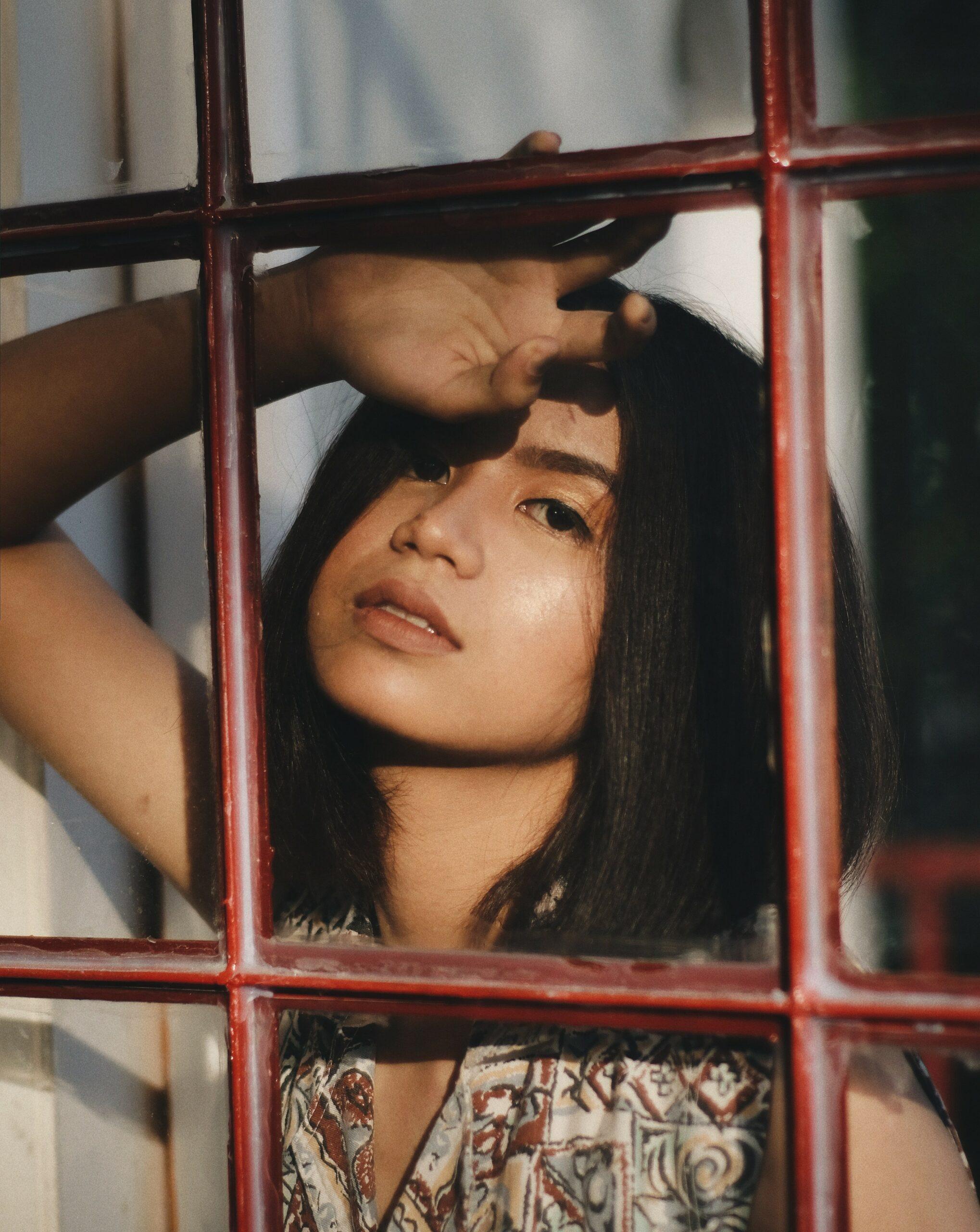 femme derrière les barreaux les-consequences-psychologiques-du-confinement
