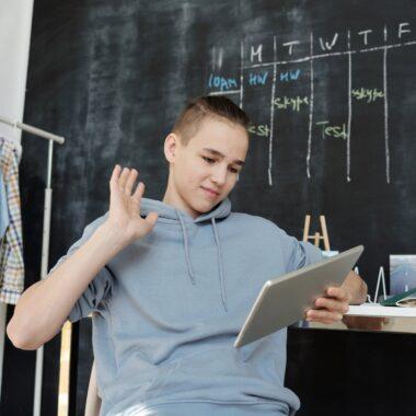 adolescent fait école à la maison illustre Les adolescents face au confinement pexels