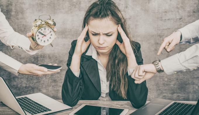 femme devant l'ordinateur burnout burn out épuisement professionnel