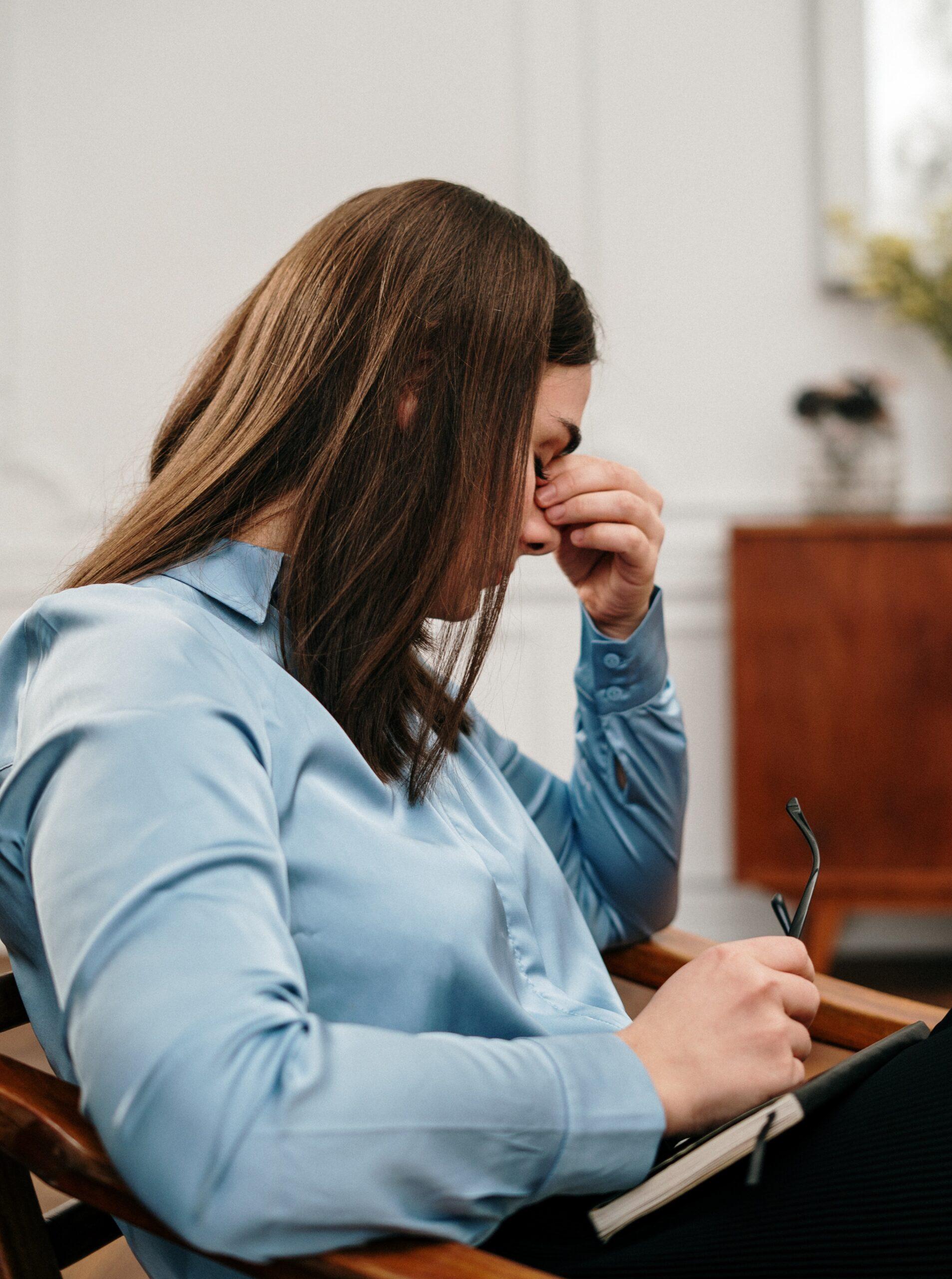 femme en burn out professionnel en psychotherapie, bleu