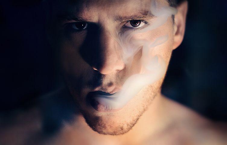 homme expirant la fumée pexels illustre Dépendance et addictionddiction